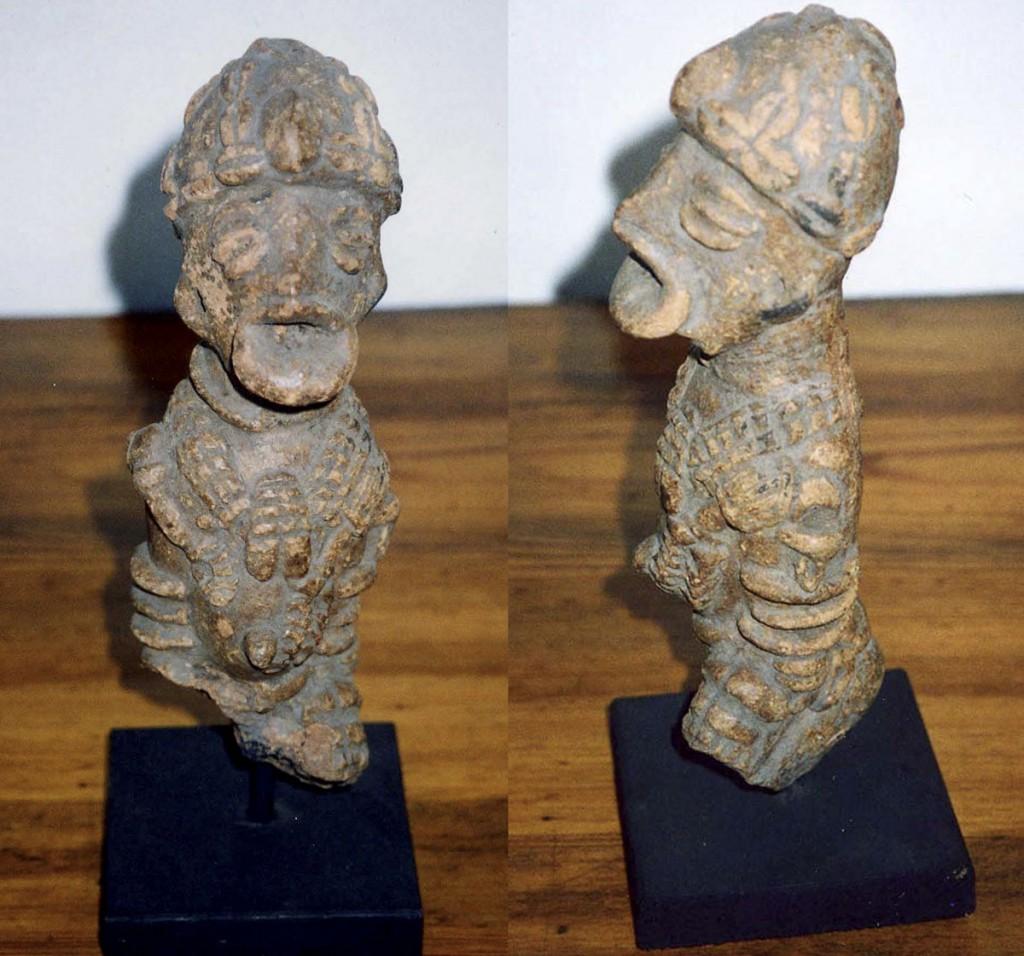 Rumpf einer knienden Figur (König?) mit Kopfbedeckung und Würdenkette, Fragment (Djenné/Mali) tr02