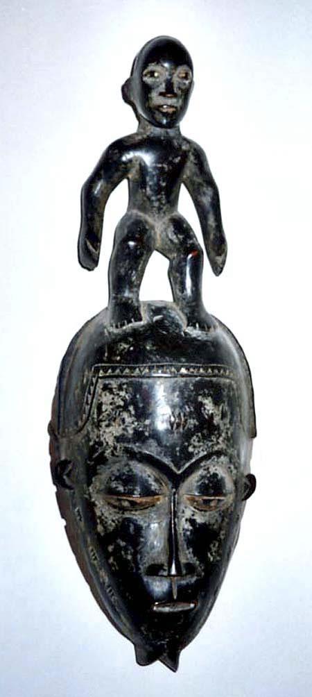Männliche Maske mit Bart und auf dem Kopf stehender Figur (Baule/Elfenbeinküste)