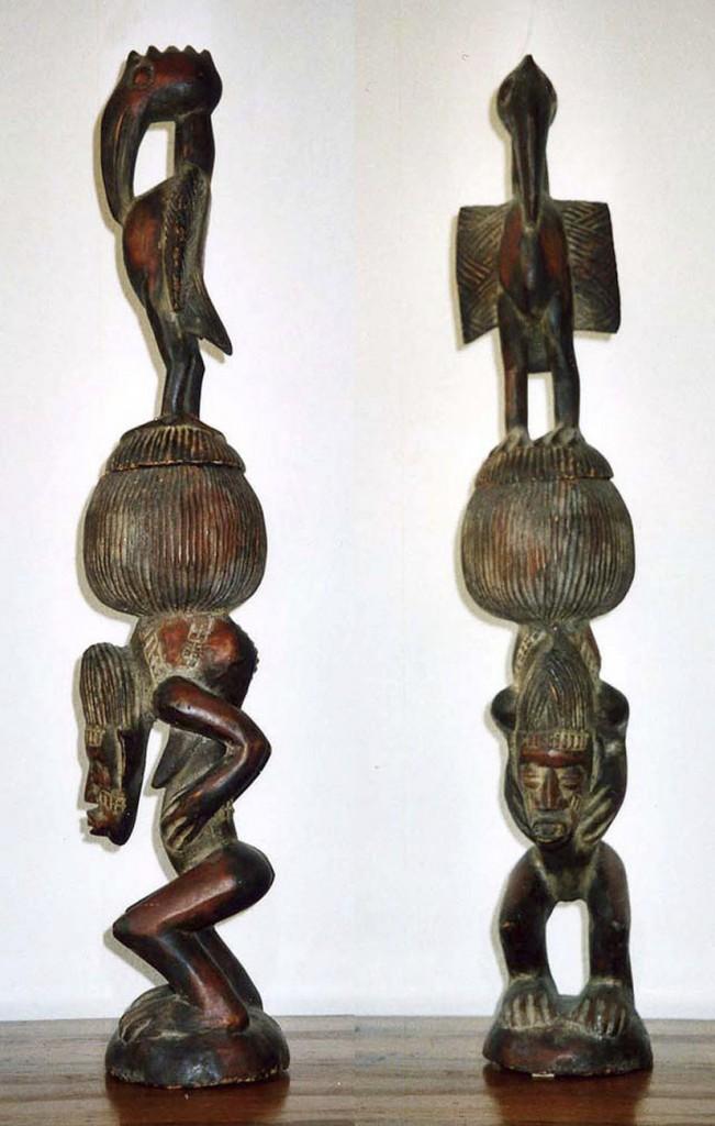 Ritualgefäß in Gestalt einer buckligen Frau, die ein Gefäß auf dem tätowierten Buckel trägt, dessen Deckel von einem Vogel gekrönt wird (Hornrabenaufsatz) Senufo/Elfenbeinküste