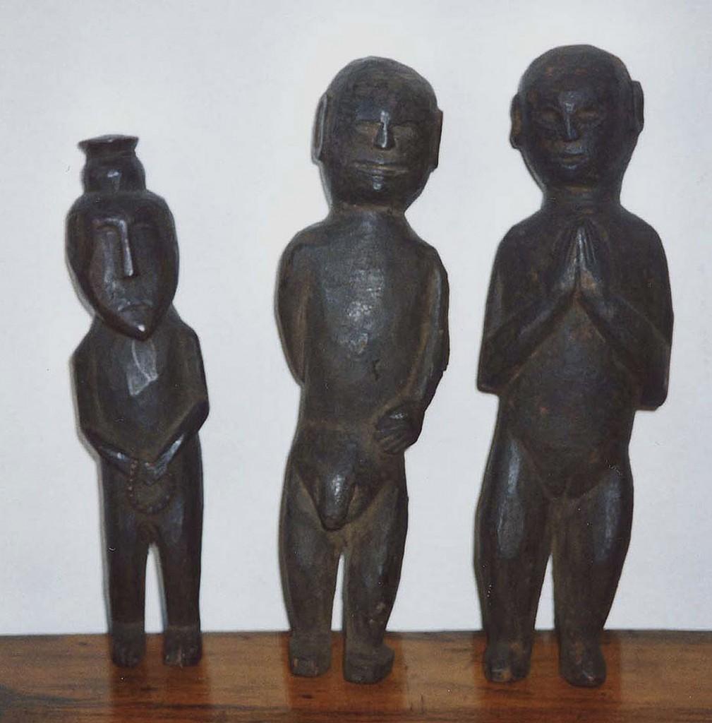 Eine stehende weibliche und zwei männliche Figuren (Himalaja-Region)